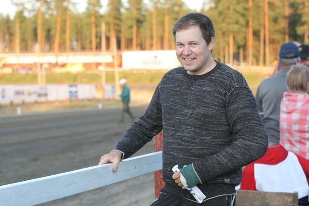 Antti Ojanperä on saanut viime viikkoina tottua seuraamaan raveja aiempaa passiivisemmassa roolissa. Kuva viime lauantain Pihtiputaan raveista, joissa Ojanperä oli katsomassa raveja ja arvioimassa omaa jaksamistaan.