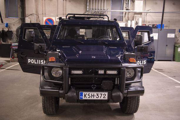Auki ollessaan panssariajoneuvon ovet antavat suojaa poliisia kohti tulevilta laukauksilta.