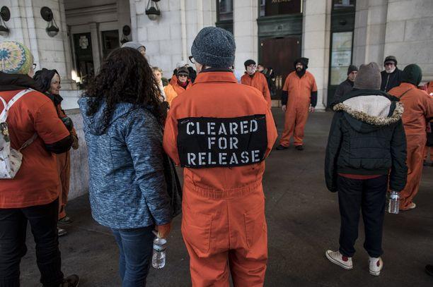 Guantanamon vangeiksi pukeutuneita mielenosoittajia Washington DC:ssä.