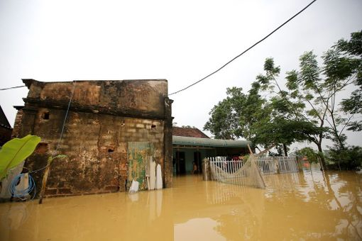 Tulvavedet ovat saartaneet koteja Chuong Myn kaupunginosassa Hanoissa Vietnamissa tänään otetussa kuvassa. Tulvat ovat tappaneet ainakin 37 ihmistä sekä sadoittain karjaa ja siipikarjaa.