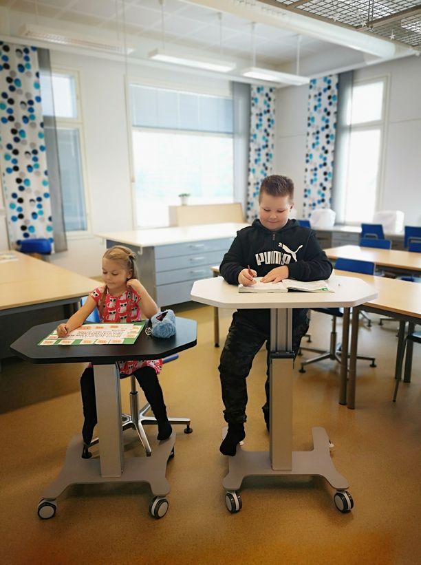 Korkeussäädettävä pulpetti eli Ergo desk sopii niin pienille kuin isommillekin koululaisille.