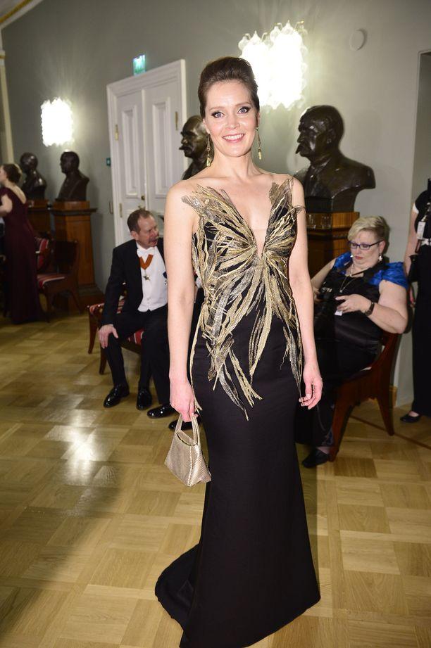 Näyttelijä ja ohjaaja Tiina Lymi oli vuonna 2015 lukijoiden mielestä ylivoimainen Linnan kuningatar. Lymin rohkeasti avoin, mutta hyvällä maulla toteutettu puku oli Mert Otsamon suunnittelema.
