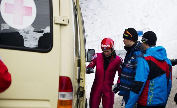 Tästä alkoi alamäki. Ville Larinto loukkaantui 1.1.2011 Garmisch-Partenirchenissä.