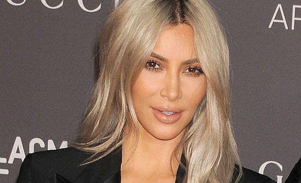 Kim tyrmää Twitterissä huhut, joiden mukaan hän suunnittelisi neljännen lapsen hankkimista.