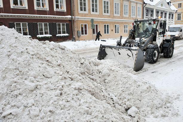 Maanantaina aura-auto oli siivonnut lunta koulun pihassa ja epähuomiossa siirtänyt kaivon kannen pois paikaltaan. Kuvituskuva.