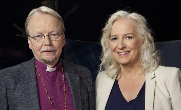 Kari Mäkinen ja Maarit Tastula keskustelevat kirkon roolista auttajana.