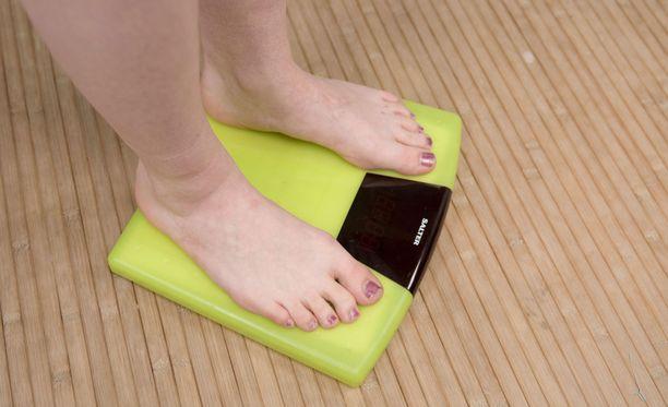 Laihdutusryhmät nousivat keskusteluun kun 37-vuotias Sari kertoi sairastuneensa syömishäiriöön laihdutusryhmässä.