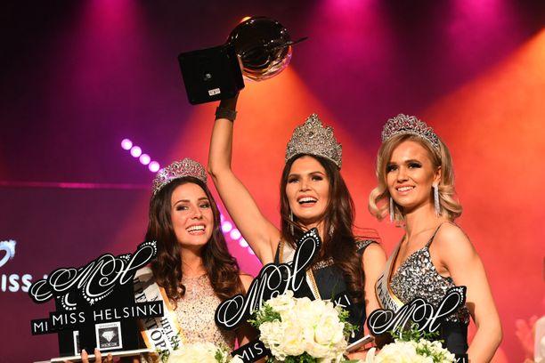 Nina Kallio (kesk.) voitto Miss Helsinki -tittelin.