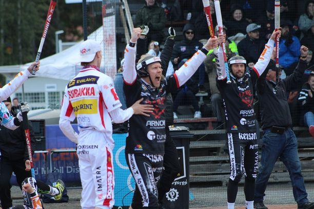 Imatran lukkari Rasmus Surakka yritti hillitä onnistumistaan tuulettanutta Henri Puputtia.