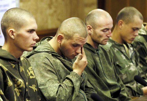 Kuvassa venäläisiä laskuvarjojääkäreitä, jotka otettiin kiinni Ukrainan rajojen sisältä viime elokuussa.