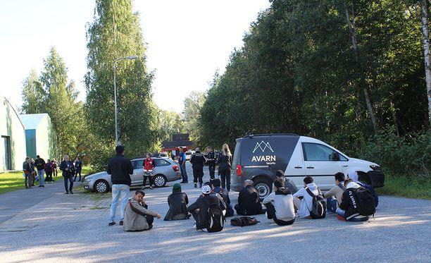 Pakkopalautuksia vastustavat turvapaikanhakijat tukkivat vastaanottokeskukselle vievän tien maanantaina Jyväskylässä.
