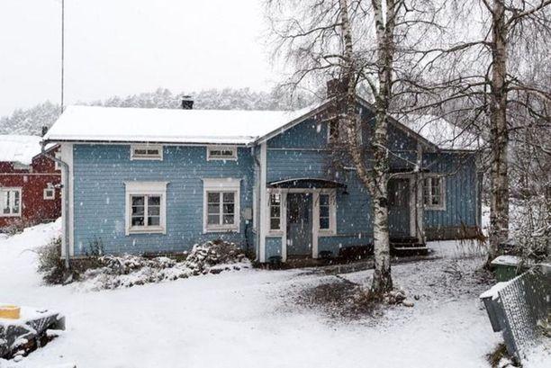 Vaaleansininen porvoolaistalo on rakennettu jo 1700-luvulla.