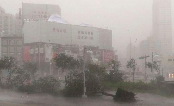 Hirmumyrsky piiskasi Kaohsiungia Taiwanin eteläosissa.