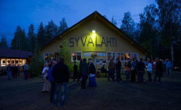Syväjärven lava Kangasniemellä kerää tavallisesti noin 500-700 tanssijaa, nyt paikalla on lähes 2000 ihmistä.