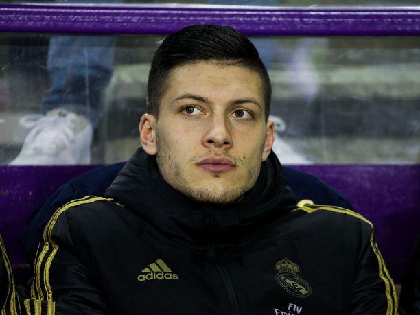 Luka Jović on jämähtänyt penkkimiehen rooliin Real Madridissa.