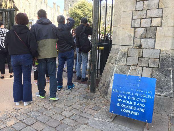 Windsorin linnan edustalle pääsee vielä nappaamaan turistikuvat.