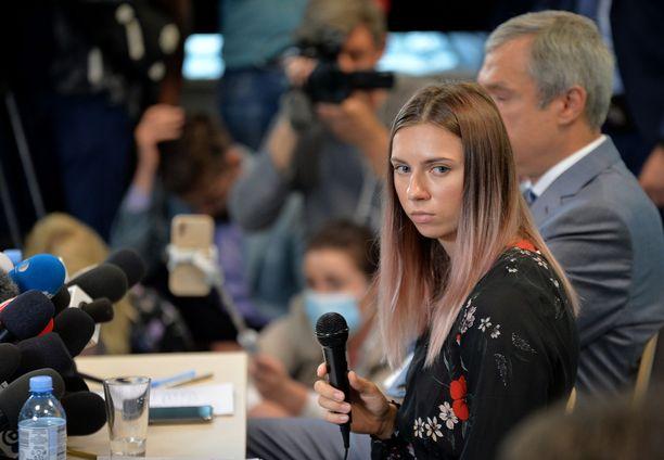 """""""Me juoksemme vapaina, ja Valko-Venäjästä tulee vapaa maa."""" Varsovaan päässeelle Tsimanouskajalle järjestettiin torstaina lehdistötilaisuus."""