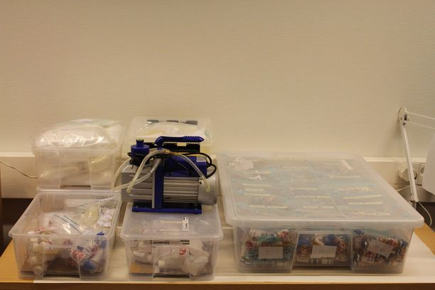 Kuvassa dopingaineita ja niiden valmistuksessa käytettäviä tarvikkeita.