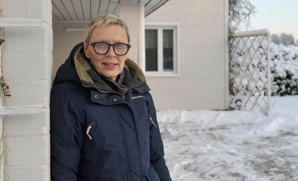 56-vuotias Sirpa Nurmi maksaa sitkeästi takaisin verovelkojaan. Sirpa kertoo välttelevänsä liikkumista julkisilla paikoilla.