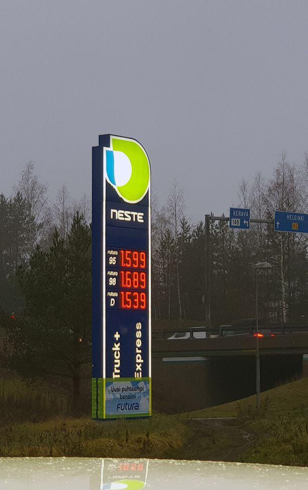 Kello 8.16 Tuusulan Nesteen Riihikallion kylmäasema. Hintaero viereiseen TB:hen on kymmenkunta senttiä litralta..