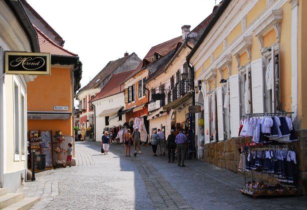Szentendren katujen varsilla on paljon pieniä putiikkeja, joista voi tehdä hauskoja löytöjä.