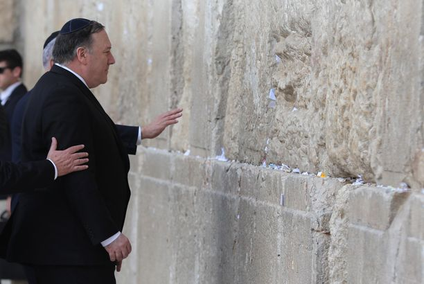 Mike Pompeo vierailee parhaillaan Israelissa. Tämä kuva on otettu Jerusalemin Itkumuurilla, joka on juutalaisten pyhä paikka.