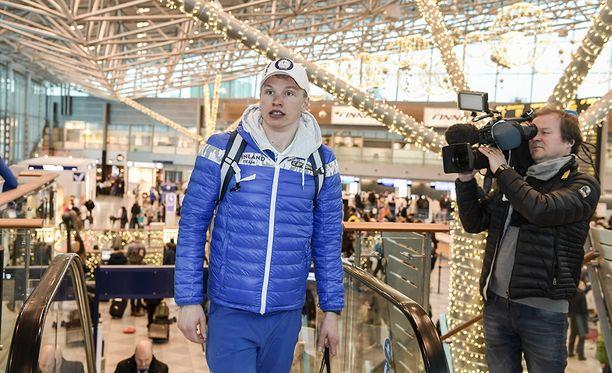 Iivo Niskanen oli median kiinnostuksen kohteena lähtötunnelmissa Helsinki-Vantaan lentoasemalla.