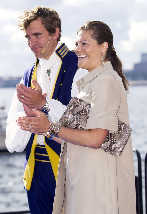 UUSI ASU Kruununprinsessa Victoria esiintyi Tukholmassa iloisena äitiyslookissa.