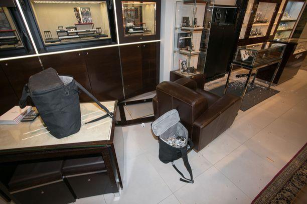 Lasinsirpaleet ja saaliskassit jäivät myymälään todistamaan liettualaisvarkaiden käyntiä.