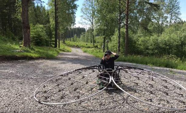 Ruotsalainen Alex Borg rakensi itselleen yksipaikkaisen kopterin, jossa on 76 propellia moottoreineen.