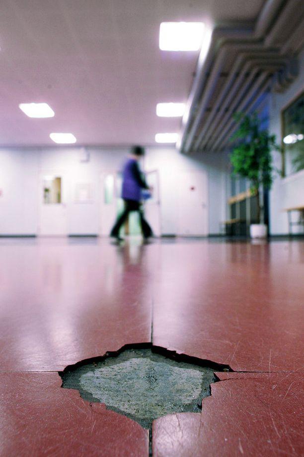 Asbestia käytettiin aikoinaan yleisesti esimerkiksi lattioiden lämpöeristeenä. Kuvan koulussa asbesti irvistää kuluneen muovimaton alta. Arkistokuva.