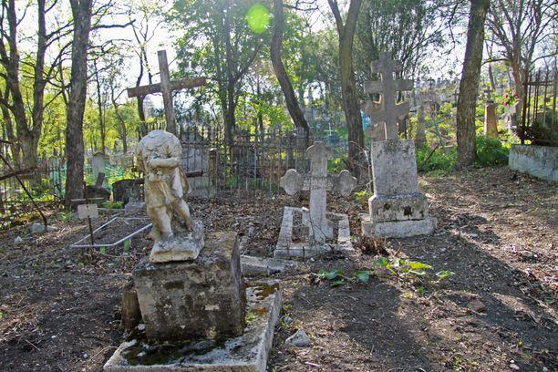 Vuonna 2011 Anatolij Moskvinin autotallista löytyi 26 nukkea, jotka oli tehty haudoistaan ylös kaivettujen tyttöjen ruumiista. Kuvituskuva.
