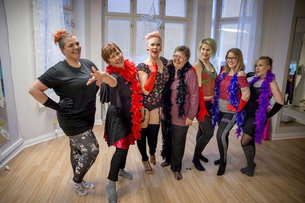 Tanja Karppi (kuvassa kolmas vasemmalta) haluaa saada naiset rakastamaan täysillä itseään ja vartaloaan.