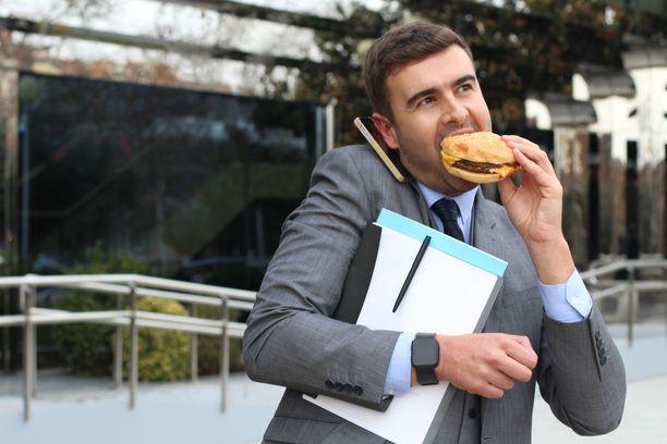 Stressin uuvuttamana mieli tekee rasvaista ja suolaista. Stressisyöjän kannattaa varata aikaa kiireettömille ruokahetkille.