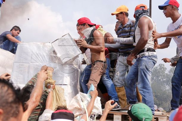 Venezuelalaiset pyrkivät ottamaan vastaan avustuksia Urenassa Kolumbian vastaisella rajalla turvallisuusjoukoista huolimatta.