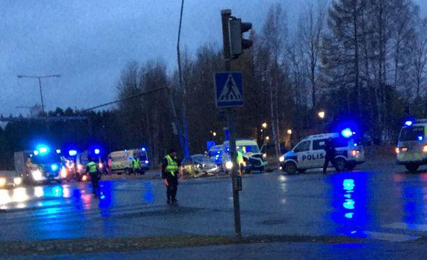 Ambulanssi joutui onnettomuuteen hälytysajossa.