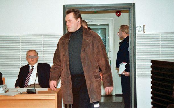 Veli Matti Huohvanainen piti nappikuulokkeita päässään, kun tuli käräjäoikeuteen vastaamaan murhasyytteisiin vuosituhannen vaihteessa.