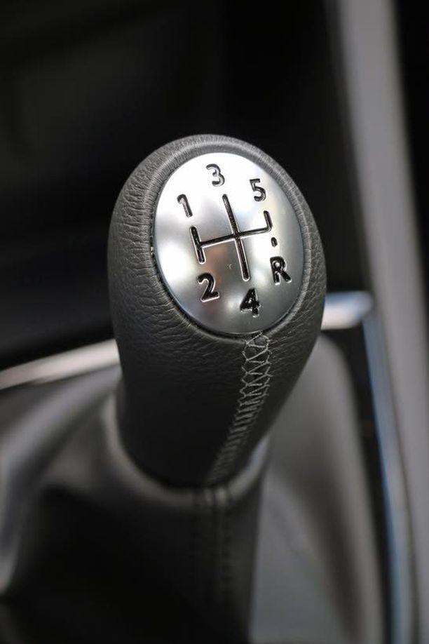 Pienen 0,9-litraisen moottorin parina on viisipykäläinen käsivaihteisto.