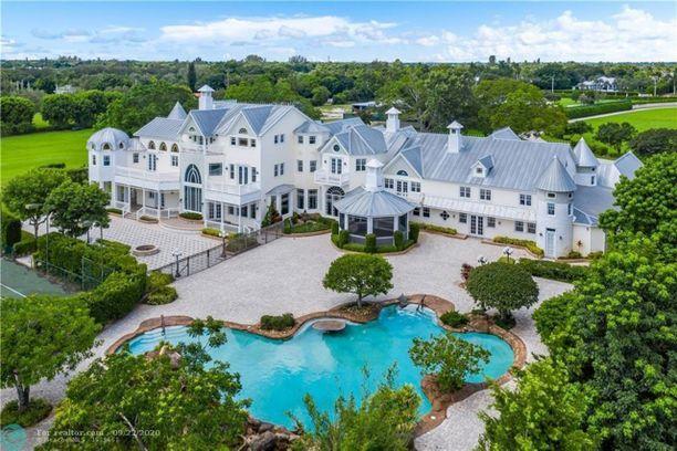 """Hääkutsussa pari pyysi vieraita """"meidän kotiimme"""" ja jopa kutsui sitä nimellä The Wilson's Estate."""