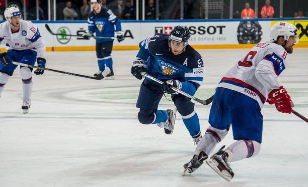 Valtteri Filppula (kuvassa keskellä) oli mielissään, kun Suomi pelasi aiempaa nopeammin.