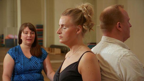 Ensitreffit alttarilla -ohjelman asiantuntiajat yrittivät parhaansa mukaan auttaa Heidiä ja Oskaria yhteisen sävelen löytämisessä.