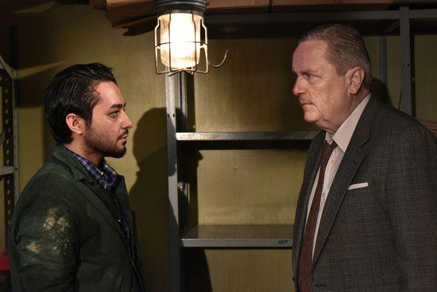 Sakari Kuosmanen ja Sherwan Haji ihmettelevät toisiaan Aki Kaurismäen uutuusfilmissä.
