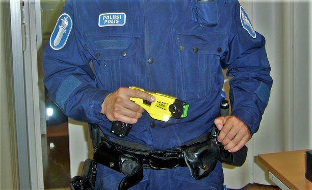 Toinen poliisimies taltutti uhkaajan etälamauttimella. Kuvituskuva.