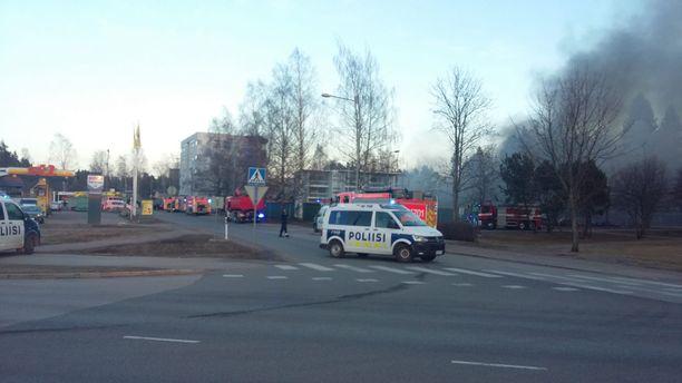 40 auton tallialueella syttyi tulipalo.