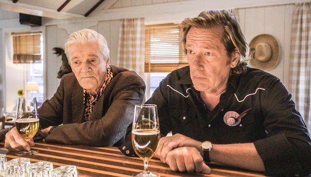 Holgeria esittää Claes Månsson ja Kabbenia Dag Malmberg, joka muistetaan muun muassa Silta-sarjasta.