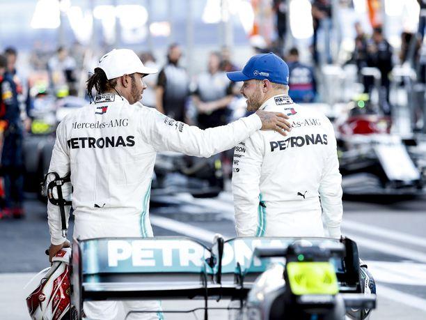 Lewis Hamilton onnitteli rehdisti tallikaveriaan Valtteri Bottasta voitosta.