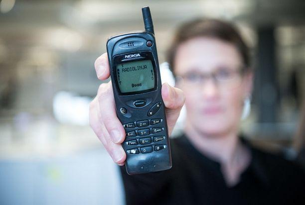 Ansun Nokia 3110:n näytössä lukee yhä Radiolinja, vaikka liittymä on kyllä Elisan. Puhelin täyttää tänä vuonna 20 vuotta.