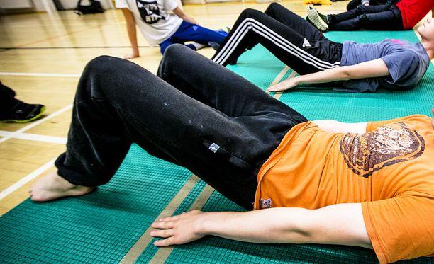 Uudessa opetussuunitelmassa tehdään yhä esimerkiksi vatsalihastestejä, mutta testien tulosten ei pitäisi vaikuttaa liikunnan numeroon.