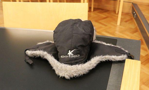 Tämä karvalakki on pääosassa Kemi-Tornion käräjäoikeuden kaksoissuman oikeuskäsittelyssä torstaina.