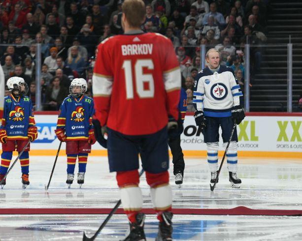 Aleksander Barkov ja Patrik Laine olivat valokeilassa ennen torstain NHL-ottelua Helsingissä.